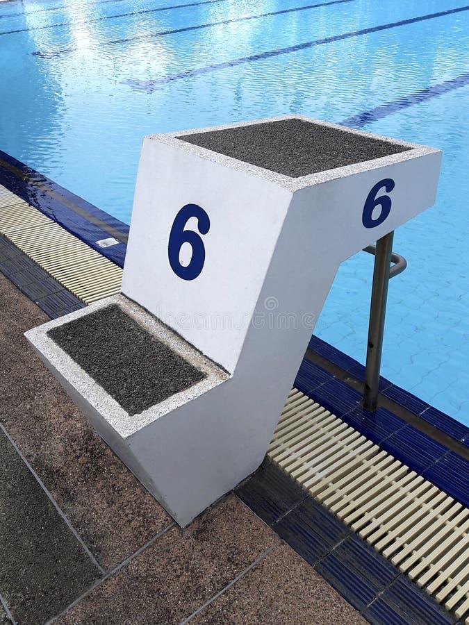 De blauwe watergolf in zwembad denkt met zonlicht, blauwe tegel ceramisch aan zwemmend ras en watersporten na stock afbeelding