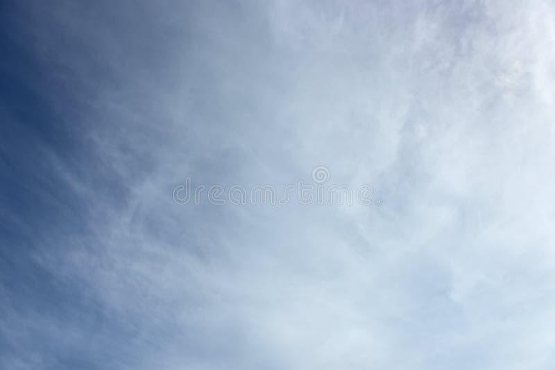 De blauwe witte achtergrond van de hemel witte wolk Mooie hemel en wolken in de middag royalty-vrije stock afbeelding