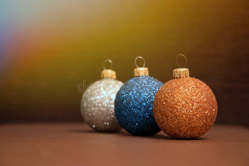 De blauwe, zilveren, gouden Kerstmisballen stemmen met zonlicht overeen royalty-vrije stock afbeeldingen