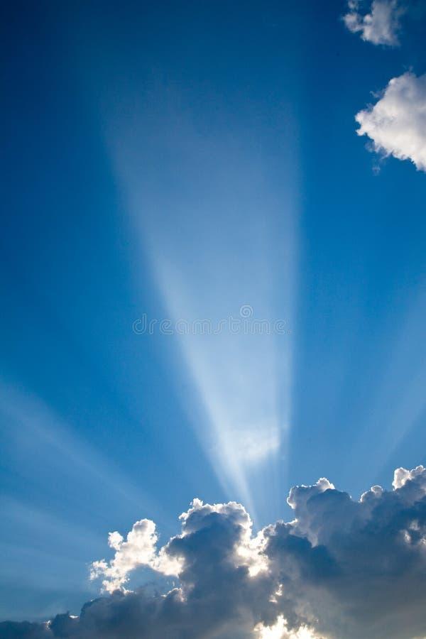 De blauwe zonnestralen van skyswolken #3 stock fotografie