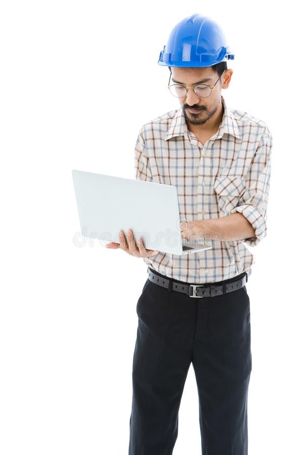 De blauwhelm van de ingenieursmens het typen notitieboekje royalty-vrije stock foto
