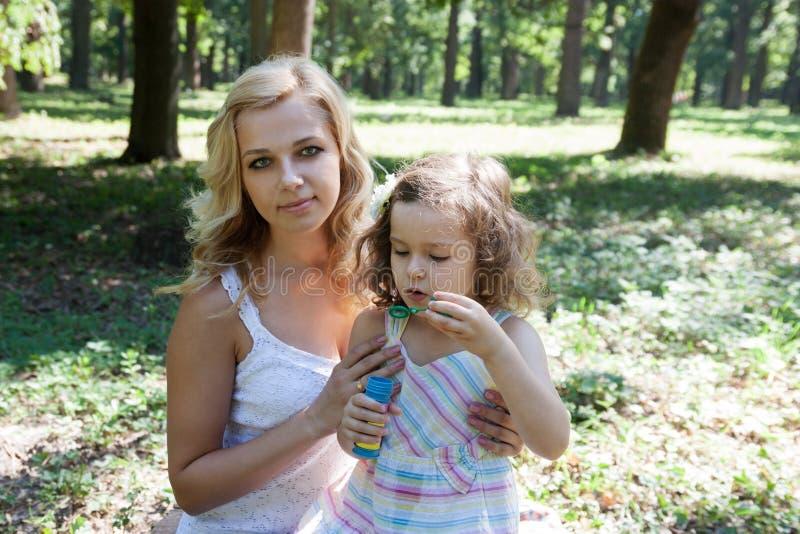 De blazende bellen van de moeder en van de dochter stock afbeeldingen