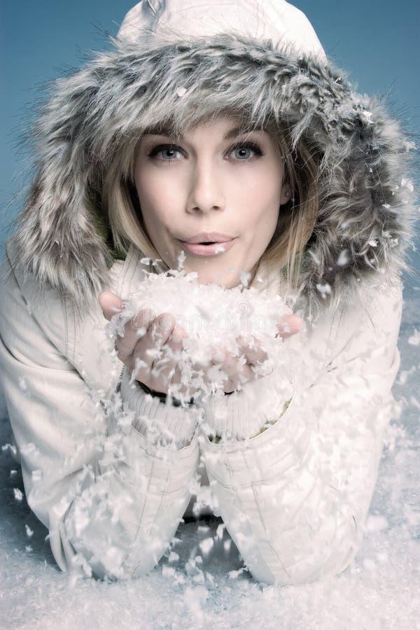 De blazende sneeuw van de vrouw stock foto's