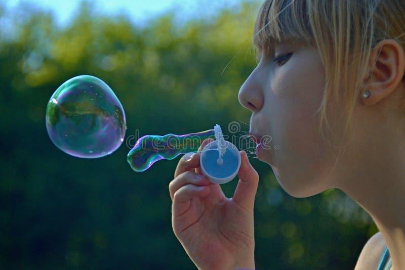 De blazende zeepbels van het kinderenmeisje stock foto