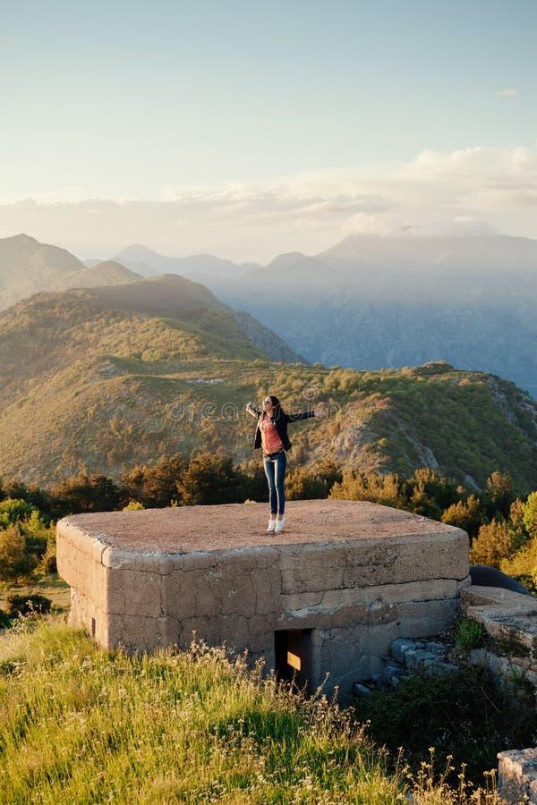 De blije bergen van de vrouwenreis royalty-vrije stock fotografie
