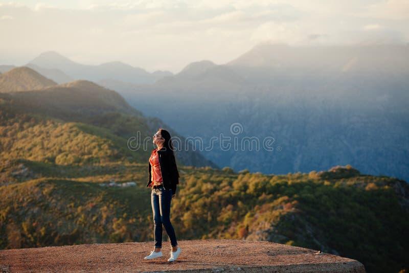 De blije bergen van de vrouwenreis stock afbeelding