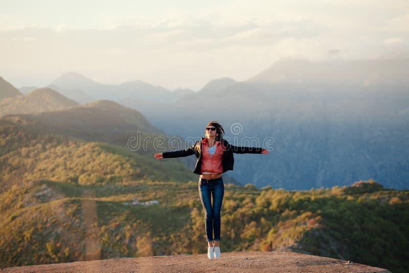 De blije bergen van de vrouwenreis royalty-vrije stock afbeelding