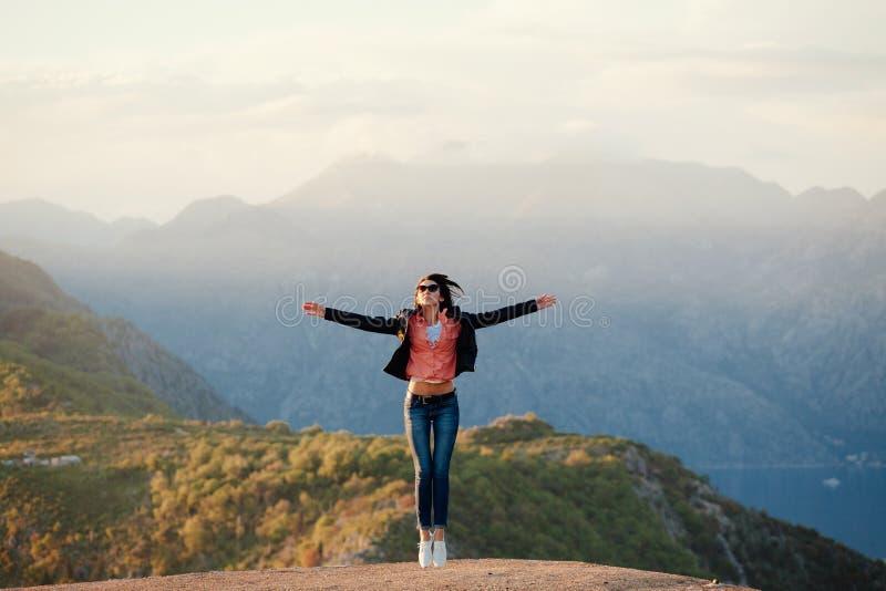 De blije bergen van de vrouwenreis royalty-vrije stock afbeeldingen