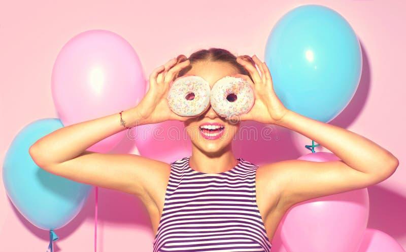 De blije modelholding van het schoonheidsmeisje donuts stock afbeeldingen