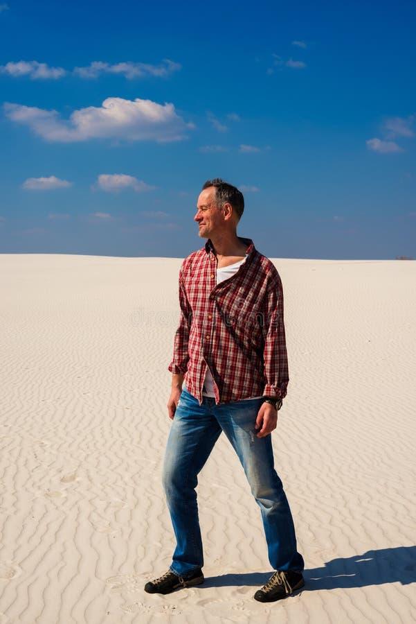 De blije reiziger, mens stelt in woestijn royalty-vrije stock fotografie