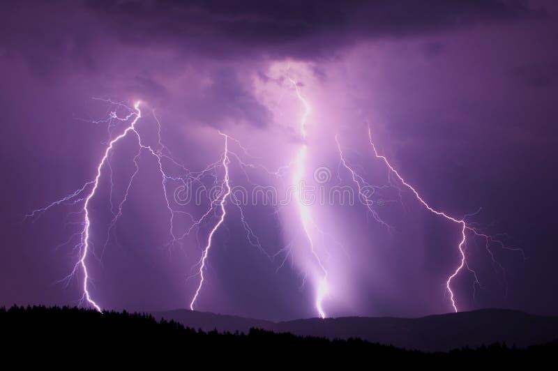 De bliksem van de nacht stock foto