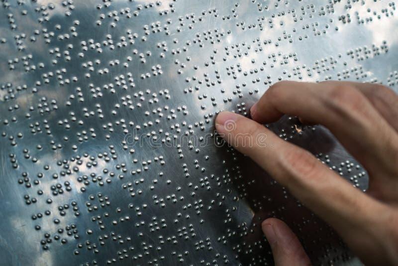 De blinde tekst van braille van de persoonslezing stock afbeeldingen