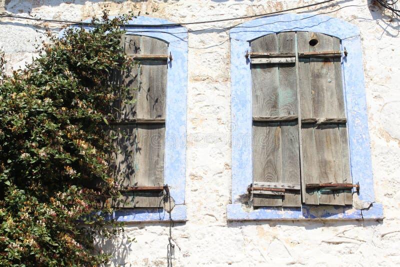 De blinden en het oude huis stock foto's