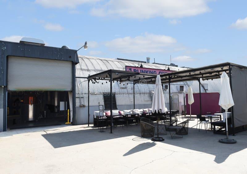 De Blinking Owl Distillery, de terraszone in de openlucht, is de allereerste ambachtelijke distilleerderij in stock foto's