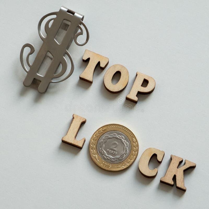 De blocage Dessus de dollar US Blocage de pesos argentins Lettres en bois Concept d'argent des problèmes financiers et internatio photographie stock libre de droits