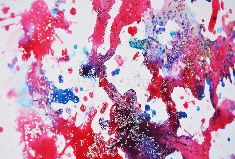 De bloedige rode roze blauwe wasachtige vlekken van pastelkleur fonkelende lichten, waterverfverf, kleurrijke tinten royalty-vrije stock afbeeldingen