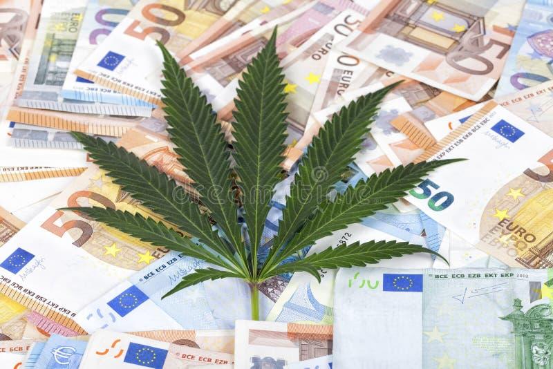 De bloeiende zaken van het kweken van cannabisdistributie en verkoop stock afbeeldingen