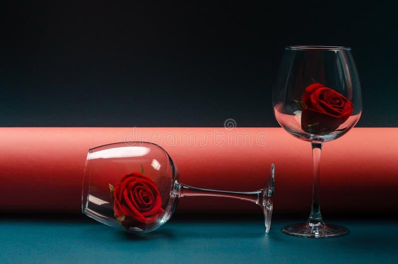 De bloeiwijze nam knop in duidelijke wijnglazen toe royalty-vrije stock foto's