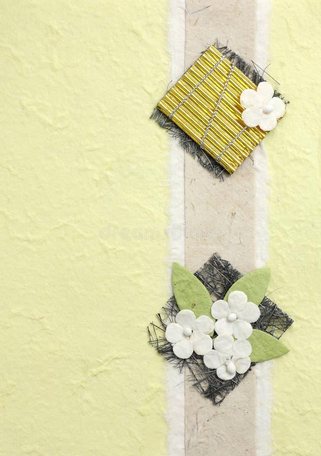 De bloem van Papercraft op gele achtergrond stock afbeeldingen