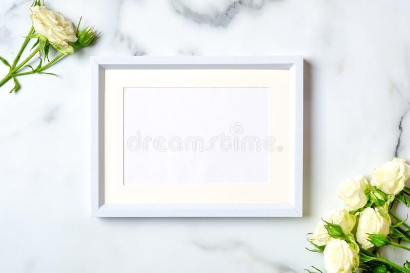 De bloemachtergrond van de verjaardagsgelukwens Wit nam toe en het kader met lege document kaart op marmeren achtergrond, legt vl stock fotografie