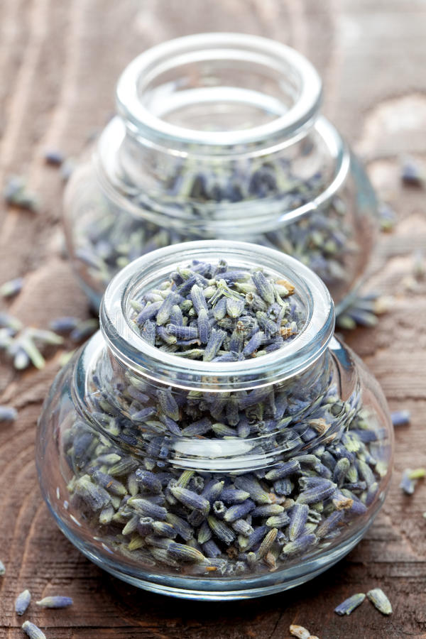 De bloemblaadjes van de lavendel in een glas royalty-vrije stock foto