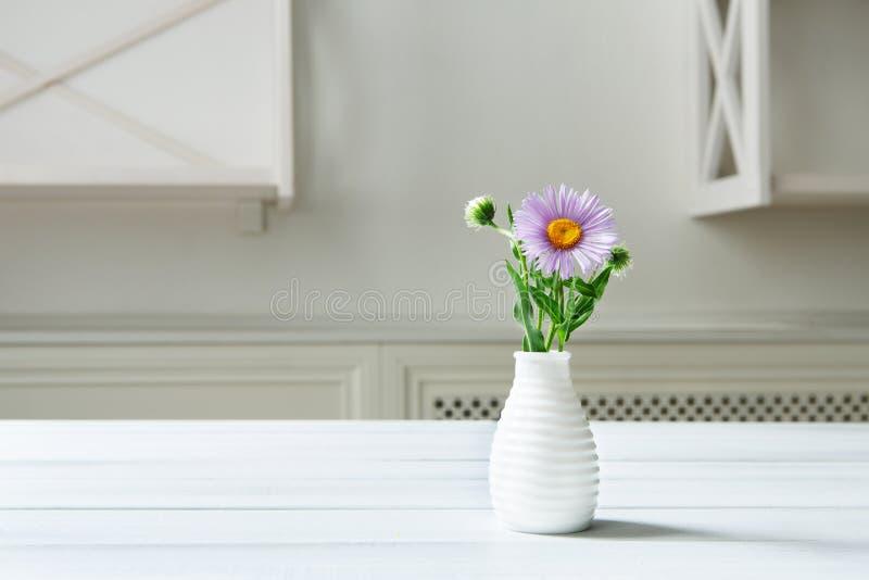 De bloemboeket van asteramellus bij witte lijst stock fotografie