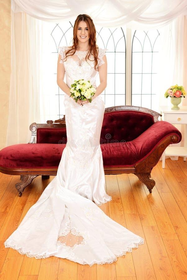 De bloemboeket van de bruid bevindend holding royalty-vrije stock afbeeldingen