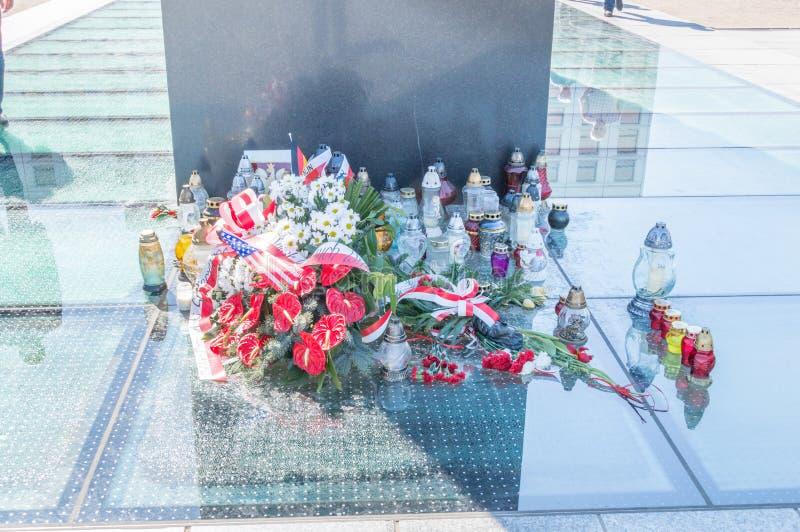 De bloemen bij monument aan de slachtoffers van de lucht van Smolensk van 2010 verpletteren in Warshau stock afbeeldingen