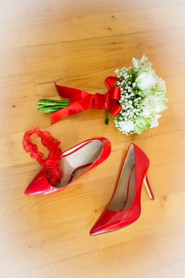 De bloemen, de kouseband en de schoenen van de bruid royalty-vrije stock afbeeldingen