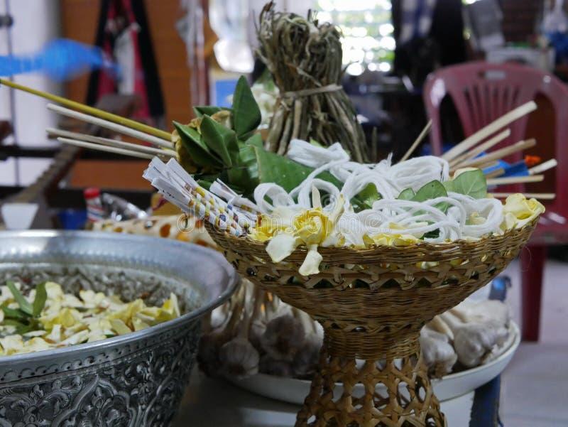 De bloemen Dok van de kaapjasmijn zetten met de heilige witte zonde van draadsai voor Rod Nam Dam Hua-ceremonie, betalend eerbied stock fotografie