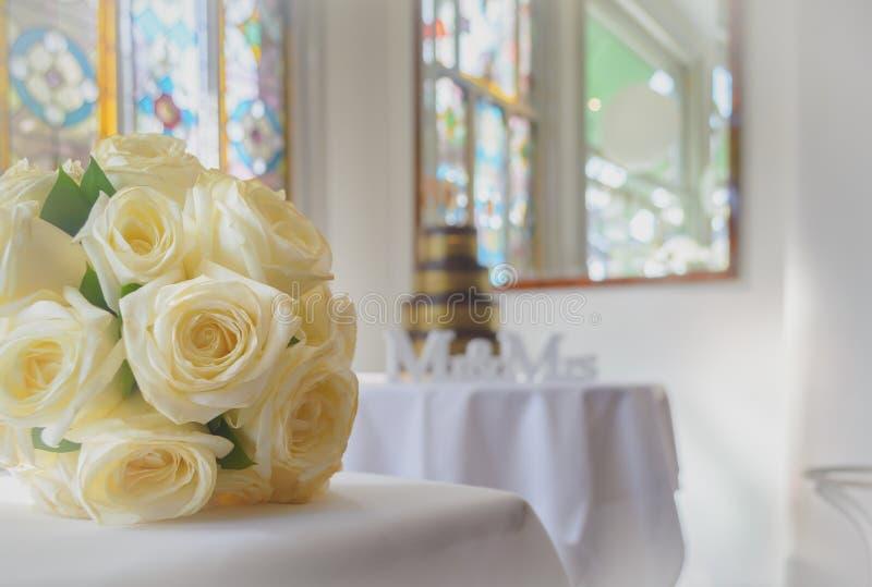 De Bloemen en de Cake van de huwelijksontvangst stock afbeelding