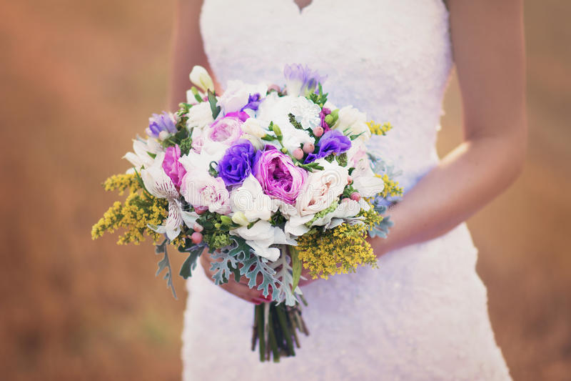 De bloemen en de bruid van het huwelijk stock afbeeldingen