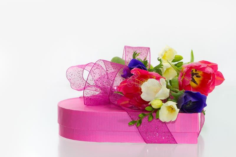 Download De Bloemen En De Gift Van De Lente Stock Afbeelding - Afbeelding bestaande uit exemplaar, installatie: 29504101