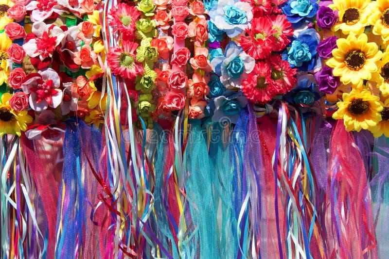 De bloemen en de linten sluiten omhoog haar knick handigheden stock afbeeldingen