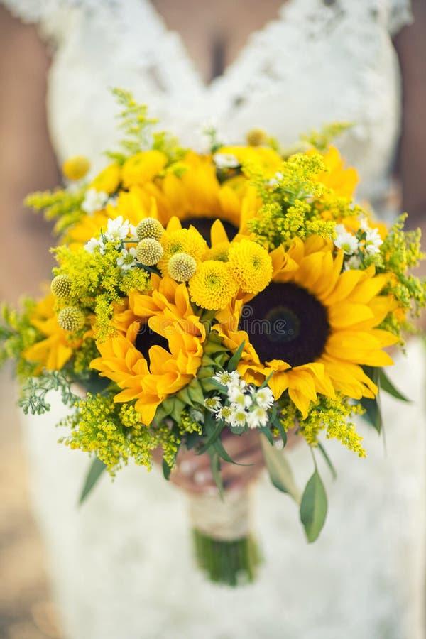 De bloemen van de bruidholding stock foto's