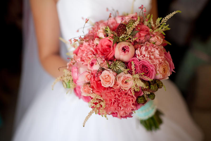 De bloemen van de bruidholding royalty-vrije stock foto
