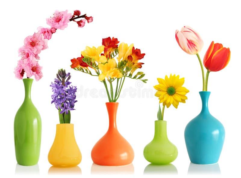 De bloemen van de lente in vazen