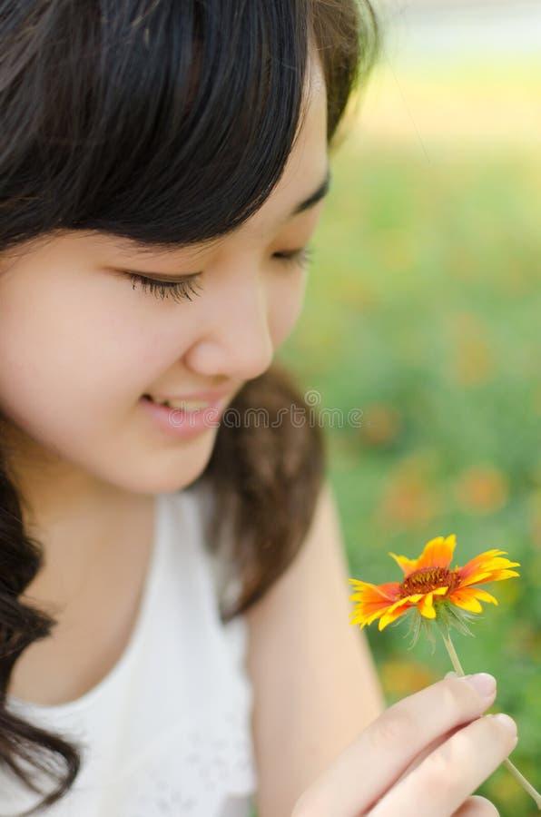 De Bloemen van de meisjesholding stock afbeeldingen