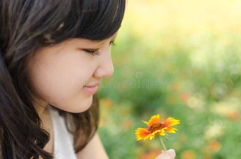 De Bloemen van de meisjesholding stock foto
