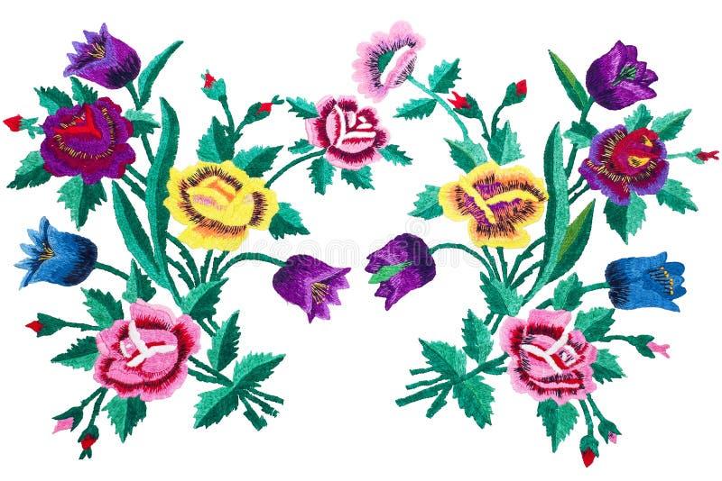 De bloemen van het borduurwerkboeket op witte achtergrond, rozen en klokken worden geïsoleerd die royalty-vrije illustratie