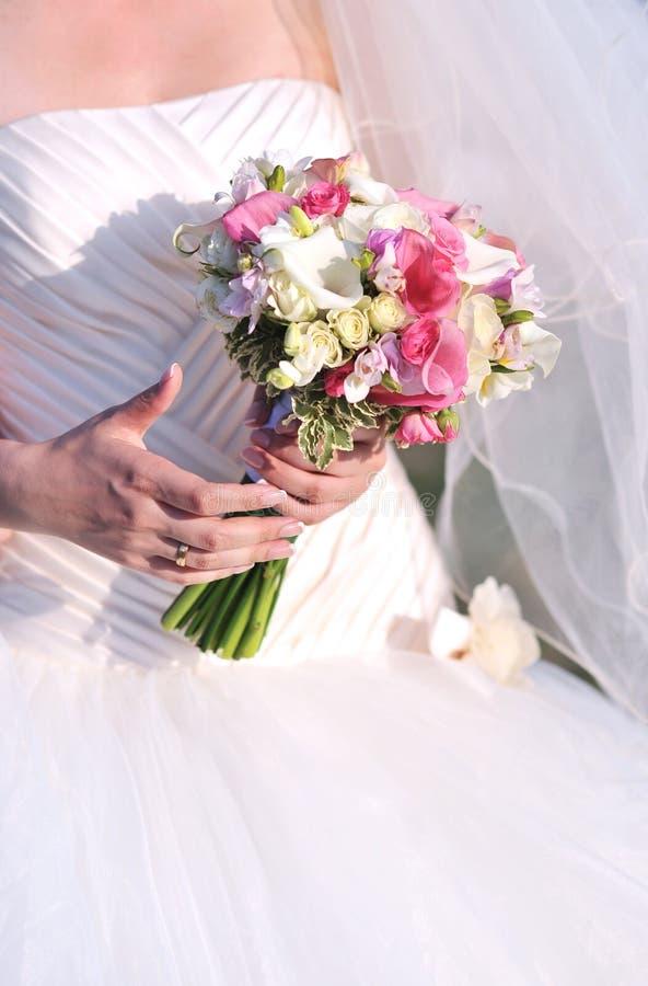 De bloemen van het de holdingshuwelijk van de bruid stock afbeeldingen