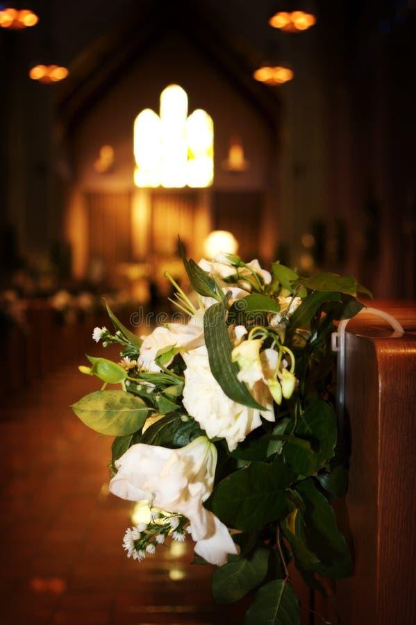 Huwelijk Bloemen Kerk : De bloemen van het huwelijk in een kerk stock afbeelding
