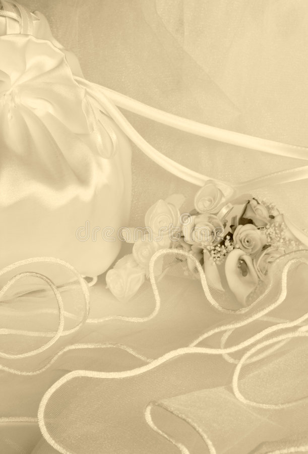 De bloemen van het huwelijk en bruids zak over sluier royalty-vrije stock afbeelding