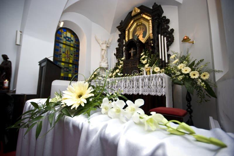 De bloemen van het huwelijk in kerk stock afbeelding