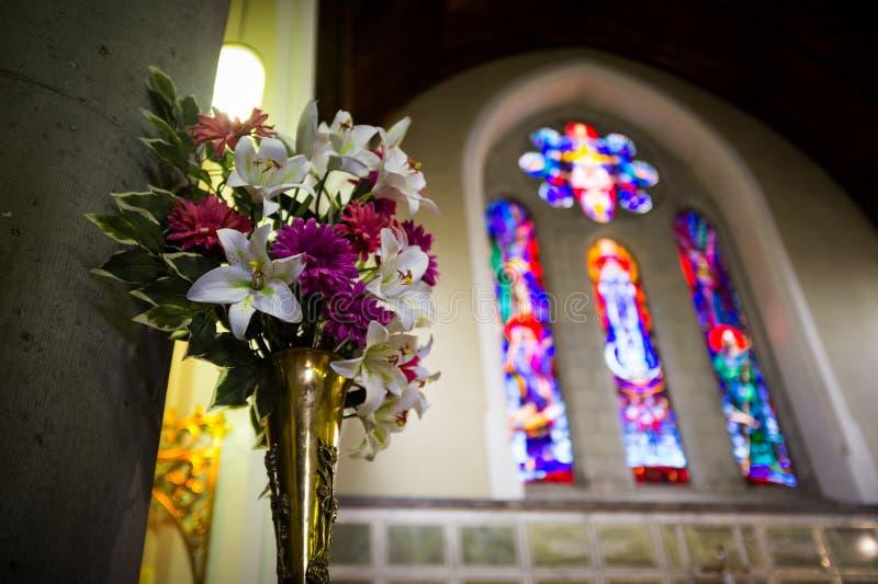 De bloemen van het huwelijk in kerk Sluit omhoog royalty-vrije stock afbeeldingen
