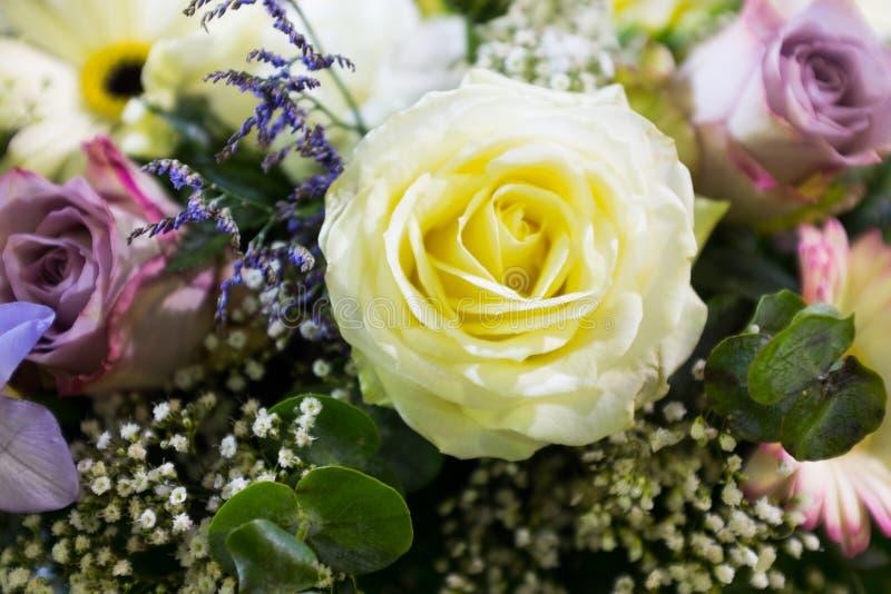 De bloemen van het huwelijk in kerk Sluit omhoog stock foto's