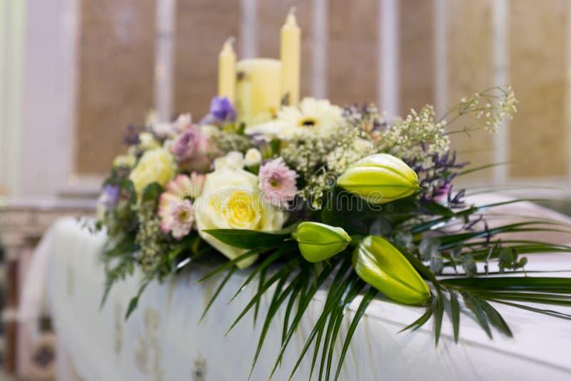 De bloemen van het huwelijk in kerk Sluit omhoog royalty-vrije stock foto