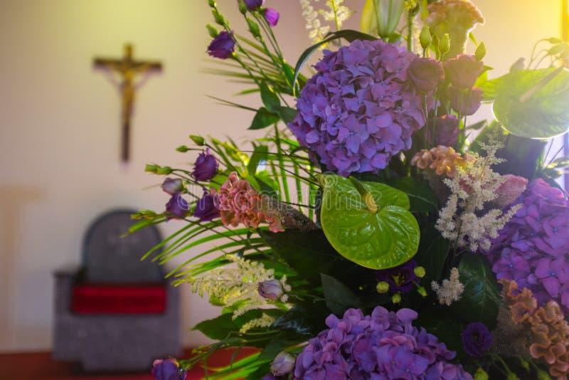 De bloemen van het huwelijk in kerk Sluit omhoog royalty-vrije stock foto's