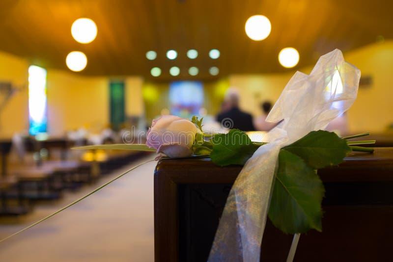 De bloemen van het huwelijk in kerk Sluit omhoog royalty-vrije stock fotografie