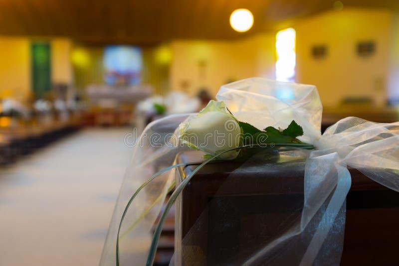 De bloemen van het huwelijk in kerk Sluit omhoog stock afbeelding